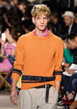 Vèronique Nichanian是Hermès男裝創意總監,本季男裝造型依然不出所料地奢華,不過融入了休閑風,推出了幾款度假單品,包括長款短褲、西裝夾克和印花襯衫。