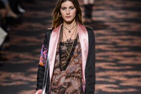 综述 2016-2017秋冬,女巫、哥特主题融合了暗黑性感与都市凌乱风,为内衣家居服提供重要的灵感。诗意的波西米亚风同样具有启发性,精美的蕾丝、烂花丝绸、阴郁的花卉和东方印花,打造出包罗万象的闺房造型。 纤柔闪耀的蕾丝、烧花天鹅绒和圆点薄纱都是重点面料。 印花和图案、忧郁花卉、波西米亚风图案和烂花花朵,为精致的丝绸和薄纱增添色彩和纹理。 高领和项圈细节也是关键,搭配飘逸的褶边与柔和隐约的镂空,展现休闲与性感魅力。