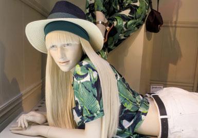 经久不衰的航海主题在盛夏度假装中越来越受欢迎。条纹是不同层次市场的重点印花,今年比较明显的一个变化就是远离了经典的布列塔尼横条纹,而是青睐于更具线条感的纵向条纹。阔腿裤和裙裤给造型增添了当代韵味,而高腰廓形依旧演绎复古风,正如BHS呈现的。尽管黑白灰色系在该主题下占据主导地位,但是店内也出现了比较鲜亮的色彩,如让陈列商品更加醒目的鲜黄色。
