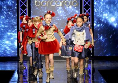 本季Pitti Bimbo发布会为我们带来了适合男女幼童到大龄童的各种造型。该展会已完美谢幕,于2月21号至23号在意大利佛罗伦萨的Fortezza da Basso举行。2016-2017秋冬展会上大放异彩的发布会包括Il Gufo,Fun & Fun,Children\'s Fashion From Spain,新兴的Apartment Couture展会,Yclù和Monnalisa。