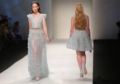 """2005年,王锋和他的兄长联手创办了""""上海曼可服饰有限公司""""。2009年,他的高级定制工作室在时尚之都上海正式成立,主攻婚纱和礼服定制。"""