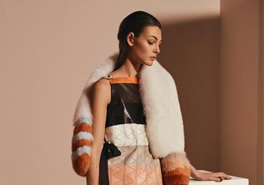 此系列就像是一次罗马活泼而浪漫的艳遇,设计师卡尔·拉格斐(Karl Lagerfeld) 站在现代主义的边缘将所有浪漫元素用服装的语汇表达出来,手工拼接水貂外套被富含五彩嵌花、波西米亚风格以及别致条纹,充满了微妙的活力,而不可忽略的奢华配件能够给日常生活带来一抹情趣。最后那一件多层次蕾丝长裙,为整个系列做了精彩的收尾,成功地淡化了那种成熟的吸引力,为它们增添了少女的朦胧质感。