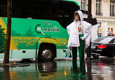 《YOHO!GIRL》的造型总监颜思诗(Fil小白),由于今年2月的米兰时装周受Dolce & Gabbana邀请,身穿一袭翠绿丝绒西装登上T台,又一次出现在观众视线中。身为多位知名明星的造型师,她本人又经历了怎样的化茧成蝶成长为现在炙手可热IT Girl呢。