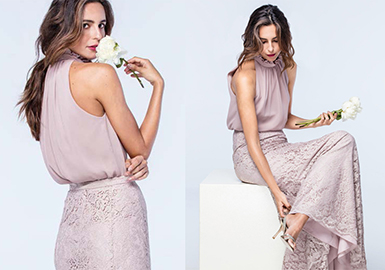 Watters品牌以奢华的材质与富有创意的设计打造出令人惊艳的妈妈款礼服。这个由Vatana Watters创立于1986年的品牌希望能够为妈妈带来实穿主义的礼服,质感高端的面料与立体剪裁的礼服裙摆在极致的简约与繁复之间成就了妈妈款式的新颖设计,私人订制的高端妈妈款优雅的礼服已经成为了该品牌最具标志性的符号。