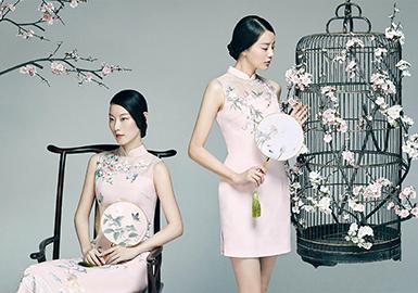 """""""蔓楼蘭""""是我国旗袍、唐装的重要品牌?!奥ヌm""""着力设计针对22至35岁城市白领的时尚唐装,不论在面料选择上,还是在服装款式结构设计中,处处顾及成熟东方女性的审美理念和着装需求,完美体现了现代东方女性的优雅、干练、柔美与坚强。正是凭着服装卓越的设计和品质,""""蔓楼蘭""""逐步确立了其在中式时装的主流品牌地位。并于2004年荣获""""上海最受消费者欢迎品牌""""金奖。"""