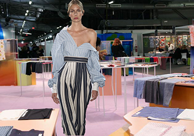 紐約Premiere Vision會為該季奠定了基調,在2月13-15日的更大型巴黎展會之前帶來2019春夏的織物精品。本報告將重點關注值得深入了解的關鍵趨勢,同時為觀展者帶多的選擇,吸引更多參赴巴黎展會而憾失紐約展會的大型高端品牌。紐約展會不斷創新,已然成為不可錯失的盛會。本季推出名為Smart Creation Square的新論壇,為2019春夏展示了一系列環保產品。面料分為責任制造、回收利用、環保處理和有機面料等類型。這為觀展者提供了頗有價值的環保選材指南,因為環保已然成為消費者和設計師們日漸重視的話題。