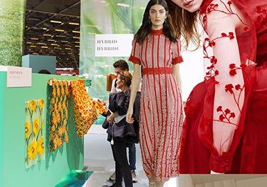 巴黎 PREMIERE VISION 2019春夏季的首展,呈現出了蕾絲面料多樣設計與工藝。柔軟花卉刺繡蕾絲與彩色撞色股線蕾絲透出春夏的生機,多應用于裙裝和禮服款式。金屬紗線、金銀涂層幾立體珠片繡花為蕾絲增添華麗的光澤,而磨毛與抓絨工藝為蕾絲表面帶來柔軟的觸感,多用裙裝和外套。