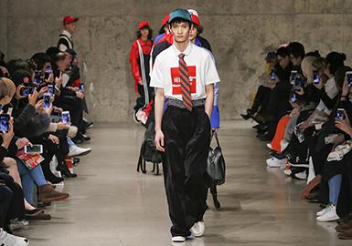 随着越来越多的设计师离开纽约,2018秋冬纽约男装周在缺乏大牌支撑的情况下,小众潮流品牌开始借此时机大放异彩,同时四个中国时尚品牌在纽约时装周上来了一次意义非凡的集体亮相,这是国牌崛起的节奏!他们就是包括运动服饰用品巨头李宁(Li-Ning)、快时尚转型大获成功的太平鸟(Peacebird)、陈冠希和潘世亨创立的CLOT和以充满设计感的羽绒服闻名的陈鹏(Chen Peng)。