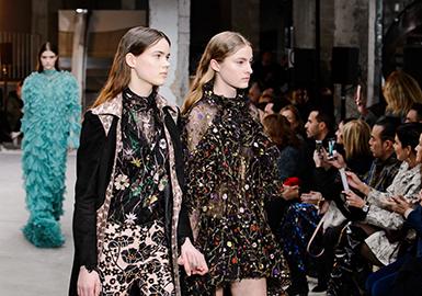 重工艺与彩色质感的蕾丝面料在18秋冬季度女装T台大放光彩,精致与繁复的美感为时尚注入新的设计灵感。从色彩、图案与材质的搭配上也更推陈出新,亮片与蕾丝相互结合,既有材质的强烈对比也有空间层次的营造,色彩的浓艳在秋冬时节经过与其他材质对比更显精致与高雅。