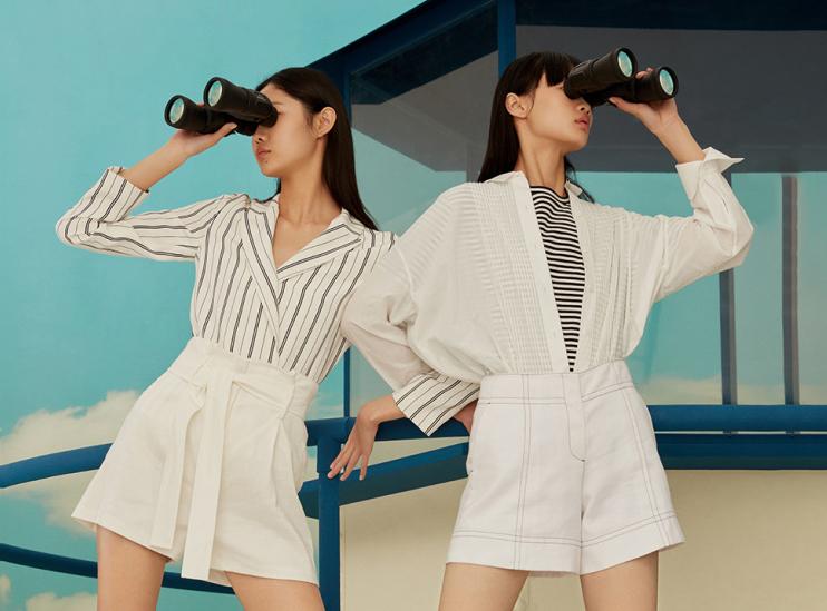 中淑品牌那么多,該如何看哪些細節才是設計重點呢?本篇重點綜合了III VIVINIKO、Edition、sandro、IT等品牌的18夏季新品,發現青春活力的運動風和略帶慵懶氣息的睡衣風是中淑品牌在細節設計上的重點。休閑感受的綁帶設計和蕾絲花邊也是不容小覷的設計要素。
