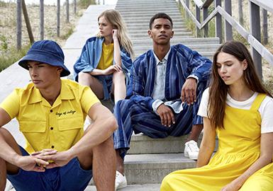 Pitti Uomo男装展最新一季十分巧妙的用全新方式呈现已经被人熟悉的商品。尽管关键单品的演化进程仍然很缓慢,但2019春夏用创新方式升级了熟悉单品。例如男装中的经典航海风主题用干净的造型和图像色彩展现现代感,重回男装市场。