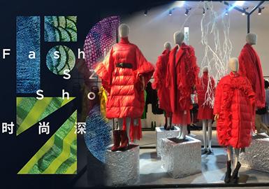 """2018年7月5日至7月7日,第十八届中国(深圳)国际服装服饰交易会(本届更名为""""时尚深圳展"""")在深圳会展中心举行,这次时尚深圳展9馆齐开,参展迎来了全球多个国家和地区的1000多家参展商。其中女装作为时尚产业的中流砥柱,一直用不同的设计表达着自己新的生命力。秋冬的大衣与羽绒服在这场展会中拥有着无法忽略的重要占比。也是秋冬季节的重点单品,在设计中,多围绕细节去做延伸,让大衣与羽绒服呈现丰富的细节变化趋势。"""