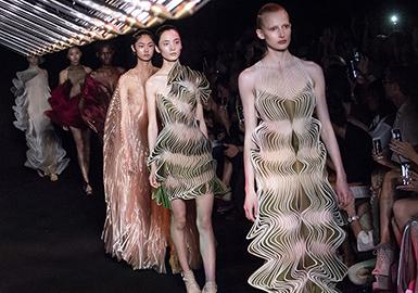 薄纱面料、褶裥工艺的应用的依然是裁剪的重点。经典的扭结设计、蝴蝶结依然很火。成衣化衬衫式上衣设计是新亮点。18/19的颜色渐变色应用非常的突出。