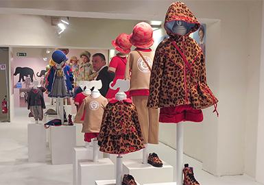 """第88屆的Pitti Bimbo展會融合了奢華、環保與創造力,尤其注重致力于童裝銷售的線上商店。本次展會的主題靈感來源于Pitti Imagine舉辦會展的一貫宗旨:讓展會容納更多的創新理念和時尚風格,成為參加者的""""surprise box""""。在此次的童裝展上,Pitti Bimbo展設立了數個風格各異的區域,讓買手們可以根據自己的需求,針對性的瀏覽參展的品牌。"""