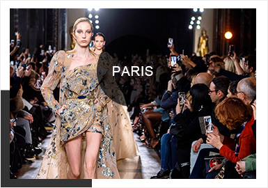 在這一季的巴黎高定時裝周上,各大品牌的婚紗禮服都絢爛奪目,并且用精湛的工藝花費數百小時精制而成,其中亮片和釘珠工藝是應用最多的工藝。Georges Hobeika 采用花瓣形的層疊裙擺,淺藍的主色調點綴嫩黃色小花,Christian Dior 則采用立體花型垂墜于裙擺之間,增加了一份靈動。在色調的選擇上,設計師們多采用柔和淡雅的顏色,搭配清透的材質,給人以春天萬物復蘇的清新氣息。