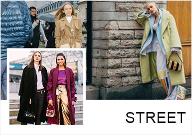 街拍中,简约中淑的风格线下将大衣与风衣作为重点强调,其中挺括感的长款大衣与双层次感的风衣让简约风格的干练肆意呈现。花卉的外套,让简约中淑更多一些新鲜亮点。