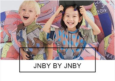 """江南布衣旗下的童裝品牌--jnby by JNBY創立于2011年,產品定位3~10 歲的兒童,延續了成人裝設計師風格,富有個性和原創調性。2019春夏在""""我最好的朋友 MY BEST FRIEND """"這個主題之下,通過三個系列來闡述:最愛的玩偶Much Loved;獨特的玩偶 The Peculiar One;互相陪伴的回憶Almost Always A Bear。三個系列代表孩子們童年記憶的不同心緒,也與服裝的風格互相映照,輕柔步入那個屬于孩子們的內心世界,再次抵達我們小時候的記憶深處。"""