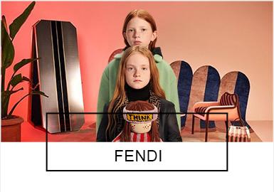 Fendi是意大利著名的奢侈品品牌,最早作为皮革世家,1965年由于卡尔·拉格菲尔德 (Karl Lagerfeld) 的加入,逐渐增加了高级女装、男装、鞋靴、香水、童装。本季19/20秋冬Fendi Kids主要以新荧绿、?#20811;?#32418;、扇贝壳粉作为主要色彩,结合具有艺术色彩的人物?#21450;福?#24182;以醒目的品牌标?#24230;?#21512;,玩转冬季服装设计。