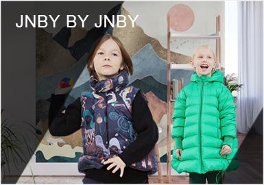 """被亲切的称为小""""jnby""""的jnby BY JNBY,在本季以""""自由的想象力""""为口号,将复古插画、波普色彩变化等工艺手法与时尚个性化的裁剪结合,充满了艺术气息,给予孩子快乐的同时、个性具有变化的服装让每一个小朋友都犹如一位""""小小的艺术家""""。"""