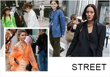 2019年9月4日至9月11日举办的2020春夏纽约时装周期间,涌现了不少时尚博主、明星、潮人的新式穿搭,这也是时装周期间的其中一大特色,在本季纽约时装周街拍中,可以看到整体的穿搭色彩以明亮、高饱和度高明度的色调为主,以西装、连衣裙为其中的重点单品,服装注重袖型、领型、色调上的变化,强调一个充满自信的2020春夏季。