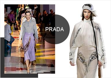 本季2020春夏女装系列秀场选址依然在米兰Prada基金会建筑群的 Deposito大厅 。极简至极,化解纷繁复杂。全新系列汲取灵感于纯洁,直率与本能,将女性主导穿着的权力,以及风格引领时尚的能力娓娓道来。融合普世元素与典型标志,以编织,刺绣,图案,色彩组合为代码,演绎Prada古典主义,强调风格高于时尚的压倒性优先地位,永恒不变。秀场空间由AMO亲自操刀设计秀场空间,错综复杂的装饰几何体铺满彩色瓷砖,充满活力的几何图案中和掉建筑本身的工业特质,日光镶嵌,绽放夏日光彩。