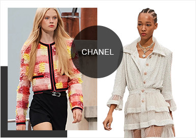 本次2020春夏系列,创意总监 Virginie Viard 直接将巴黎街道房屋的屋顶搬进了巴黎大皇宫的穹顶之下,作为在CHANEL独立创作的第三场秀,本季度秀场依旧以经典的黑白色作为主体,融入各种鲜艳颜色以迎合年轻化的消费群体,融入更多年轻活力的时,亦不忘传承品牌最经典的设计内核。