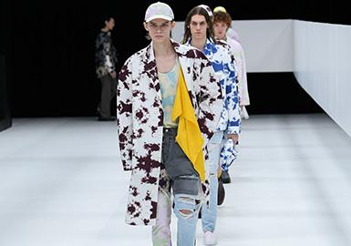 """10月20日,日本電商巨頭樂天(Rakuten)首度冠名贊助的東京時裝周(Tokyo Fashion Week)落下帷幕。與全球時裝周所呈現的逐步回歸成熟與真實相對,最新東京時裝周的趨勢關鍵詞是:年輕化,街頭化。整體而言,""""日式時尚""""主題轉變整個時裝周,東京街頭的""""古著文化(vintage culture)""""也彰顯出其別具一格的特色與影響力,同時,眾多品牌發布了更適合日常穿著的設計。"""