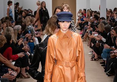 在2020春夏T台上,自然基调与数字风格共同影响着女装皮衣皮草的色彩。在中调色和中性色上,复古格调的日晒大地色系和环保及户外主题启发的绿色系表现最为突出;加之皮革主打的黑色,共同营造出丰富而沉稳的深色盘,与清新亮色打造充满对比和碰撞的色彩搭配。