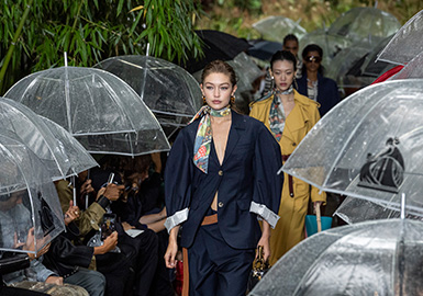 根据2020春夏T台女装(4大时装周与东京、上海、韩国时装周,提炼出500+品牌与20000+SKU)提炼出4大主流风格方向:舒适极简、未来街头、摩登都市、触动浪漫。其中新女性气质大肆崛起,浪漫触动风格的造型也愈加甜美。复古的干练英朗造型在2020春夏表现突出,为摩登都市风格注入了复古的华尔街气质。环保主义的棉麻面料为舒适极简风格带来干净利落的造型,并增加了一丝冷淡感。本季中未来街头利用更多色彩和反光元素,来呈现对新锐朋克的理解。