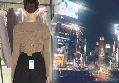 日本女装毛衫市场已经形成带有地域性的明显特征,19/20秋店铺陈列更加注重毛衫与其他单品的搭配关系,亮色穿插也是陈列中突出设计,更能吸引年轻消费者眼球;重手作感依旧是其特色,将日系裁剪融入拼接是重要市场动向,拼接、解构已然成为热门工艺,细腻的民俗感图案在日本市场更受欢迎。