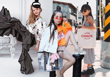 """3岁开始就在Instagram上凭颜值""""营业""""的@fashion_laerta,已经登上过《BAZAAR》《VOGUE》等时尚大刊,百变的造型、美丽的长卷发加上标志性的微微嘟起嘴唇,让Laerta在ins潮娃中极具辨识度和知名度,而标志性的墨镜元素更是为她加分不少。"""
