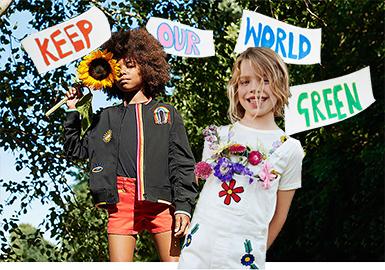 诞生于2010年的Stella McCartney 童装系列, 整体设计风格甜美、浪漫,且充满童趣。在2020春夏系列中,结合如阳光般明媚鲜亮的色调、抽象化的涂鸦、美丽多元的彩虹元素以及标志性的俏皮标语,通过印花、毛毡刺绣等体现手法,将环保融入到设计中,借此来鼓励孩子们更热爱自然。