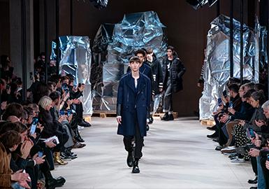 """如果说纽约时装周是""""实际"""",伦敦时装周是""""前卫"""",巴黎时装周是""""奢侈"""",那么米兰时装周就是——专业。米兰时装周是时装界的关键事件,它代表了意大利在奢侈品领域的创意和制造业的基本角色。这季的时装周也可谓是大放异彩,设计师们大显身手。Gucci男装秀的回归,Alexander McQueen的加入其中,Salvatore Ferragamo也继续在米兰展示其男装系列,让全新的时尚趋势在米兰各个角落弥散开来。"""