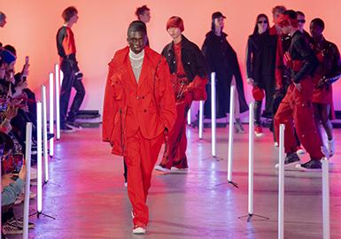 每年的伦敦男装周不仅有来自圣马丁各类新锐设计师带来的品牌大秀,且这些风格迥异的男装大秀很大程度能决定下一年整个男装领域的时尚风向标。尤其今年,除去早已打出名号的Paria Farzaneh 、 Martine Rose之类的先锋品牌,Eastwood Danso、Bethany Williams这类超新星也开始从伦敦男装周初露锋芒,而这些时装品牌也几乎顶下了国际时装圈的半边天。