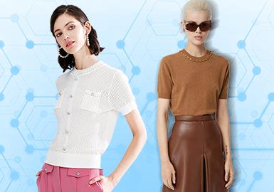 基于1月份用户下载互动数据,评选出女装毛衫T恤TOP热榜。拥有宽松版型、精练细节的T恤在简欧中淑风格下居于流行风格占比数据的主导地位,相对于其他单品在体积感的塑造,少淑定位的品牌在珍珠链条、丝质领带等装饰细节中更倾向于在简短、轻薄的早春季T恤中显露温婉、乖巧的性格属性,因此风格占比有所提升,而随着色块、数字等元素在当月款式中所呈现的下降态势,运动休闲风格占比较于往季有所下滑。本文将就工艺与图案中的关键元素进行款式推荐,带来这篇女装毛衫T恤TOP热榜分析。
