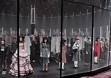 Gucci 一向都是米兰时装週最有戏剧效果的大秀,而在2020秋冬,创意总监 Alessandro Michele 不负众望的再次让时尚迷们都疯狂,这次竟然直接把一场秀最机密最隐私的秀场后台直接开放给大家看,伸展台就向是结合旋转木马的娃娃屋,造型完毕后从这个玻璃屋走出谢幕,如梦似幻的呈现方式搭配华丽装束,再度满足全球时尚迷的心。系列中应用大量与孩童时期穿着相关的细节元素,款式整体年龄段像是为了满足孩子好奇心而设计。