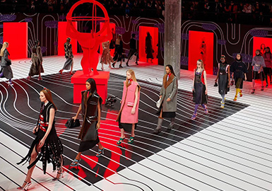 "Prada以""Surreal Glamour""为主题,打造了一场未来女性的,超现实的2020秋冬系列秀场。秀场上展示着矛盾性和二元性,科技元素与古典主义,未来感与现代感之间多元化的审视。本系列采用硬朗廓形和鲜明色彩,延续超现实古典主义进行了一种超现实的视觉展示;秀场空间被构思为超现实主义广场,模特们在秀场中穿梭隐现。 "