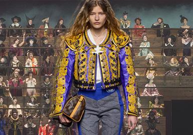 "Louis Vuitton2020秋冬大秀在卢浮宫博物馆如期上演,品牌女装艺术总监NicolasGhesquière以一封手写信件为钥匙,为未能到场的观众们开启了巴黎时装周路易威登重磅大秀的帷幕。当乐声响起,二百位身着不同时代盛装的演员们在看台上静候,他们的造型年代从15世纪至20世纪,组成一支跨 越时间的合唱团,让动态的古典之美成为秀场难以忽视的背景,以轻声唱和与动作演绎为大秀蒙上时光滤镜。本场大秀以""Anachronism""时代错位主题为 灵感,看台上的人们向缓缓而来的模特们行注目礼,仿佛过去的人们正在此刻注视着,感受那潮流碰撞中产生的熠熠星光。"