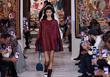 "LANVIN 浪凡2020秋冬女裝大秀在巴黎建于15世紀的Manufacture des Gobelins織毯工坊舉行。這場主題為""Conversation Piece""的大秀,從60年代汲取靈感,太空年代、精致的妝容、加上90年代的超模們的助力,整場秀就像一場跨越時空的對話,共同演繹了一場復古party。創意總監Bruno Sialelli通過與品牌創始人Jeanne Lanvin之間穿越時空的對話,銜接當代與歷史,在這一季服飾系列中重新詮釋了Jeanne Lanvin女士的創意理念,用不同的聲音解讀LANVIN。新一季服飾系列借鑒了Jeanne Lanvin上世紀20、30年代蜿蜒有致的標志性線條、禮服風格和現代主義圖形刺繡,亦參考了其一脈相承的繼任者的作品。線條優雅的肩部和結構化的簡約剪裁令人聯想起上世紀中葉的高級定制時裝,搭配高跟鞋的那份優雅。"