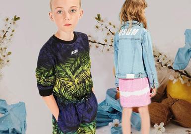 意大利设计师品牌MSGM自2014年成立童装以来,一直秉承着更加酷,更加时髦设计理念。在2020春夏除了玩转文字LOGO以外,款式设计元素中加入了写实的果蔬元素,带来更多活力,而缤纷的色彩加以荧光色的细节点缀,则让时尚得到进一步的贯彻。