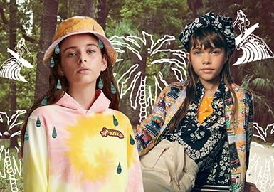 Scotch & Soda品牌秉持着阿姆斯特丹的自由精神,拥护个性,真实性和自我表达的力量,利用大胆的撞色、图案及纹理,用俏皮的设计重新定义了日常着装。在2020春夏童装系列中,延用了热带花园、夏威夷沙滩、复古插画等主题元素,继续展开一场绚丽多彩的复古夏日之旅。