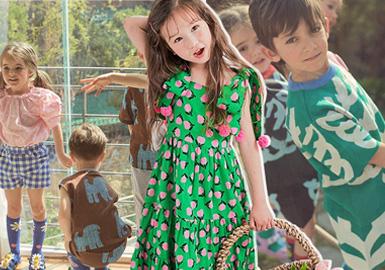 来自韩国品牌bebebebe是属于新生的设计师品牌。在19/20春夏系列中,bebebebe以艺术涂鸦、花园花卉作为灵感来源,加以活泼跳跃的色彩让春夏氛围更加浓烈耀眼。