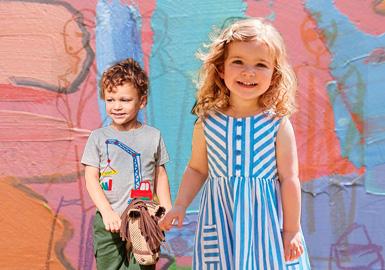 来自英国的JoJo Maman Bebe是一家专业做孕婴童的品牌,因其高质量的面料选择和独特的裁剪设计深受本土人士喜爱。品牌采用丰富的色彩搭配,充满童趣的贴布绣花的运用,迷你成人风格的设计,形成高贵可爱而独特的风格,给每一位宝宝优雅时尚又实用的服装穿着体验。