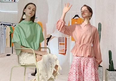 本次的棉麻风格以EIN、broadcast、AUM、ICICLE等为重点分析品牌,以线描图案、褶皱肌理面料与桑蚕丝面料、腰间抽绳细节、西装单品为综合解析方向,并为自然舒适的穿搭方式提供了更多选择。