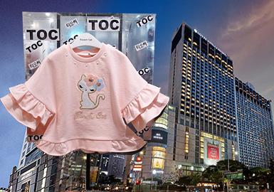 韩国零售市场2020春夏以French Cat、Tiffany sister、Minkmui、Alfonso、AGATHA、R.ROBOT、milibam、Allo&lugh、moimoln、Perimitz、Curlysue、Bluedog、Black Yak、DAKS、CHEEK、Benetton kids、Cocorita品牌为主要关注对象,而女童卫衣中,以荷叶元素、假两件连衣裙的卫衣款式为主的Tiffany sister、French Cat品牌将甜美精致演绎到极致,而以多变形式呈现迪士尼授权卡通形象的Cocorita品牌将款式和图案完美融合。细节上以荷叶、假两件裙装、蕾丝网纱等甜美细节为主,图案则以植物花卉、授权卡通、文字为主。