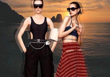 """旅行,一直是香奈兒女士的最大愛好之一。作為時尚行業的先驅,我們的香奈兒女士,在世界各地留下自己的足跡。本次以「Balade en Méditerranée """"漫游地中海""""」為主題,整體靈感來自1960年代喜歡在意大利和法國蔚藍海岸地區度假的傳奇女演員們。經歷了一個春天的疫情之后,Chanel 2021 早春度假系列以 """"線上"""" 的形式發布。Virginie Viard 在本次系列使用了庫存中所剩余的面料,秉持可持續的理念。而那些經典的套裝、長裙也沒有加任何繁瑣的東西,隱隱約約看到了干練又迷人的女性。"""