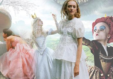 说了太多种少女系列维独缺少宫廷少女系列,本次小编从《爱丽丝梦游仙境》得到启发,整理了一篇类复古宫廷少女风格的设计师品牌并进行分析推荐。《爱丽丝梦游仙境》和《爱丽丝镜中奇遇记》的原型Alice Liddell(爱丽丝·里德尔,是英国作家刘易斯·卡洛儿的街坊的女儿,蜚声国际的爱丽丝的奇幻周游便源于卡洛儿以她为原型讲的故事),爱丽丝是一个英国维多利亚时期中产阶级家庭的少女。所以服饰特点上:蕾丝、细纱、荷叶边、缎带、蝴蝶结、折皱、抽褶等元素,以及高腰、公主袖、羊腿袖、罩裙等宫廷款式,都会成为设计师重点挖掘的灵感源泉。随着复古风潮的盛行,这股华丽而又含蓄的柔美风格,正带给我们耳目一新的感觉。