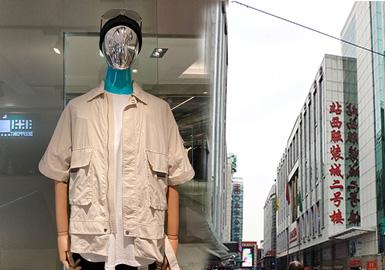 本篇内容款式来源主要集中在UUS和汇美批发市场,受到疫情影响,订单量和人流量跟以往相比还有差距。整体男装以实用和休闲为主,工装和休闲随性的款式依然是市场主流,牛仔通过图案或工艺等趣味的设计增添时尚感、棉麻面料的回归成为夏季穿搭的又一时尚趋势。拼接设计依然是主要的工艺表现,而文字和卡通图案的设计也增添了款式的看点和青春活力。