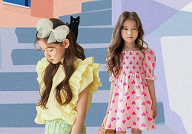 5岁韩国小模特Sienna Wooju已经是各种时尚大片的常客,她的笑容特别能感染人,作为the navie、Jujubong品牌的御用小模特,甜美的印花裙、小大人连衣裙等不同风格服装都能很好演绎,现在除了这类风格以外,潮酷、运动也成为她所尝试的方向,为未来带来更多可能。