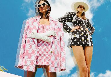 """创立于1945年的老牌法国奢侈巨头Balmain,不仅没有因为时尚界的斗转星移步入因循守旧的循环,而是大胆启用备受瞩目的人气年轻设计师 Olivier Rousteing,一次次地为这一老牌时尚屋带来令人惊艳十足的耀眼设计。最新发布的 Balmain 2021早春系列,这组大片Look在法国诺曼底取景,以""""Zoom""""为主题,由设计总监Olivier Rousting亲自掌镜!百套Look其中也穿插了不少的黑白照,从Campaign的角度来看,他全程大多是躺在地上近距离仰拍的。系列注入了大量缤纷的色彩,跳脱以往品牌浓郁沉重的色彩,并以菱格纹、波卡圆点、不规则涂鸦诠释早春女装系列,丰富色块、图案,碰撞出乐观、积极的图景,展现Olivier Rousting在特殊时期下的思考与创作。在今年愁云惨淡的光景下,这种高调劲儿还挺吸引人的。"""